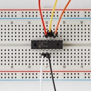Een PIC gemonteerd op een experimenteerboard