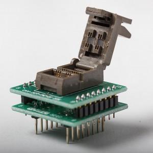 Een adapter voor de SMD-versie van de 10F20x die eenvoudig met draadjes met stekkertjes aan de programmer wordt gekoppeld