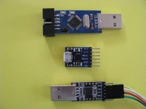 Drie programmers voor Arduino: boven de parallel programmer en dan twee seriële programmers