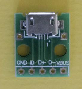 Micro usb-chassisdeel op een printje voor aansluiting op een usb-lader